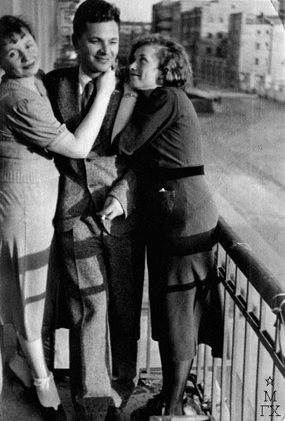 Федор Антонов на балконе с женой и подругой жены