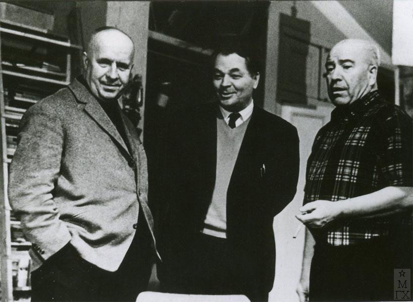 А. Яр-Кравченко, Фёдор Антонов, Александр Дейнека в мастерской (поздравляют Антонова с 60-ти летием). 1964 г.
