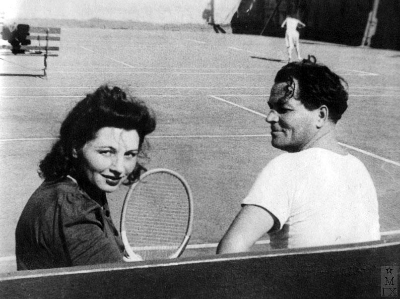 На теннисных кортах Динамо (Петровка 26) с женой Любовью Николаевной Силич.