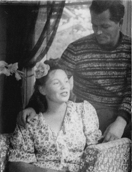 Федор Антонов на балконе с женой Л.Н. Силич