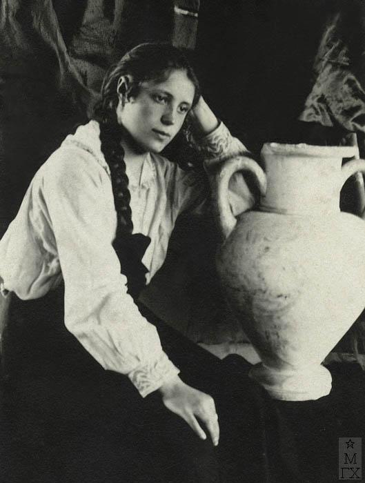 Евдокия Ануфриева в мастерской.