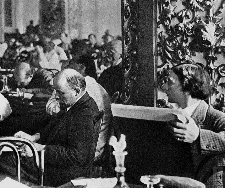 В.И. Ленин на III конгрессе Коминтерна, справа И.И. Бродский