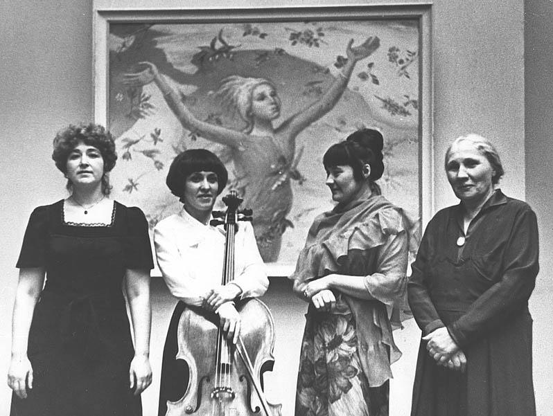 Выставка Н. Чернышева, 1973 г. : Пианистка, виоланчелистка Н. Гутман, П.Н. и А.А. Чернышевы