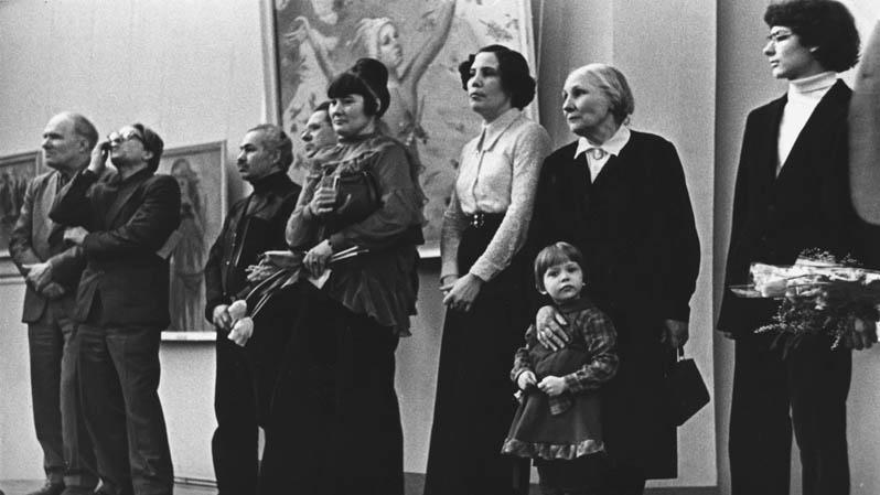 На выставке Н.М. Чернышева, 1979 г. : Е. Зверьков, С. Ткачев, А. Папикян, П. Чернышева,Н. Чернышева, А.А. Чернышева с внучкой.