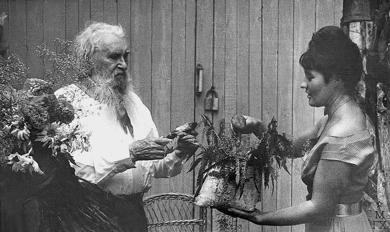П. Чернышева поздравляет С.Т. Коненкова с юбилеем. 1964 г.
