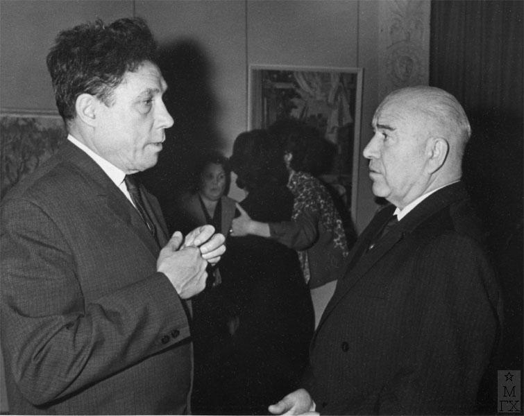 Александр Дейнека на персональной выставке Ф.В. Антонова беседует с Андреем Дмитриевичем Гончаровым.
