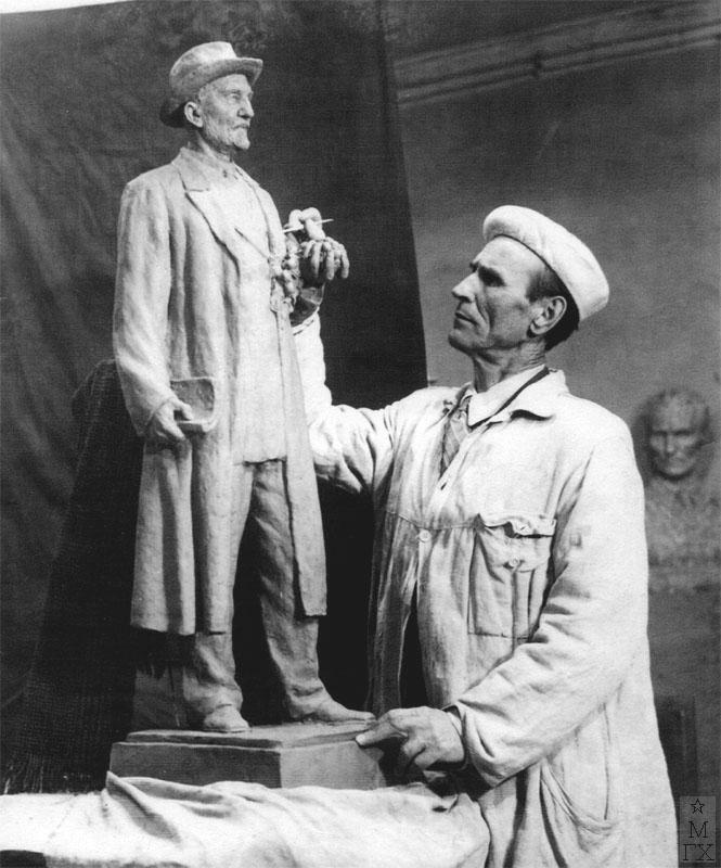 Д.С. Жилов работает над памятником биологу и селекционеру И.В. Мичурину.