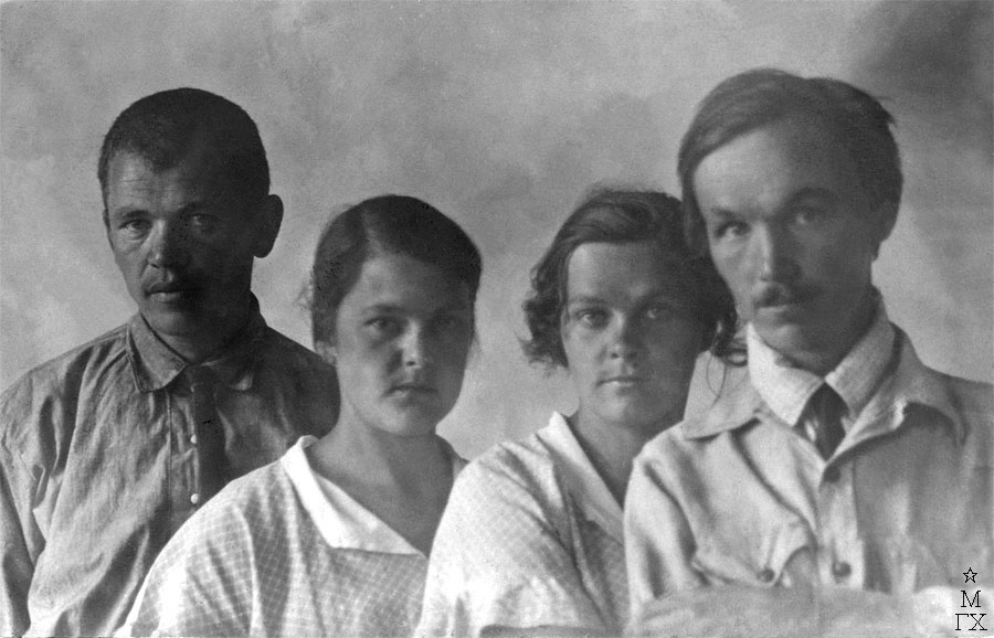Н/у, Анна Григорьевна Бакланова (будущая жена художника), Евгения Григорьевна Григорьева (урожд. Бакланова, сестра) и Александр Владимирович Григорьев.