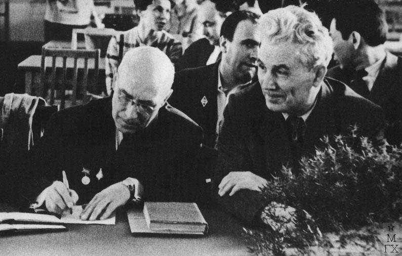 Сидят слева направо - Художники К.И. Финогенов и Н.П. Христенко