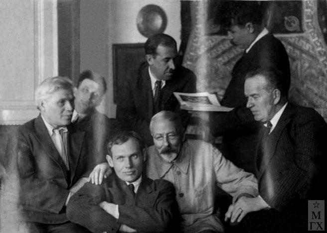 Слева направо: В.В. Крайнев, н/у, В.П. Ефанов, Н.С. Самокш, В.Н. Кучумов, Н.П. Христенко, Г.К. Савицкий