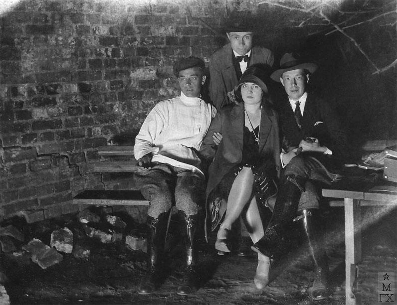 Фёдор Иванович Климентов (брат художника) в компании друзей (стоит). Справа сидят Зинаида Райх и Всеволод Мейерхольд.