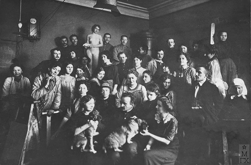 Петербургская Академия художеств 1911 г.. В первом ряду, в центре Я.Ф. Ционглинский. В.С. Пшеничников - верхний ряд пятый слева.