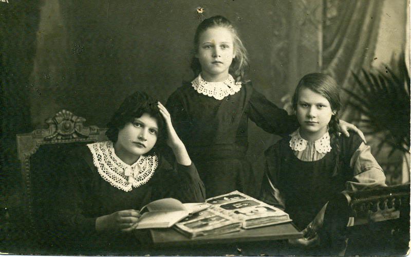 Маня (Мария Алексеевна) Щетинина (справа) с сёстрами Лидой и Верой. Нижний Новгород. 1910?<br><small>Фотография любезно предоставлена переводчиком Зинаидой Успенской, Санкт-Петербург.