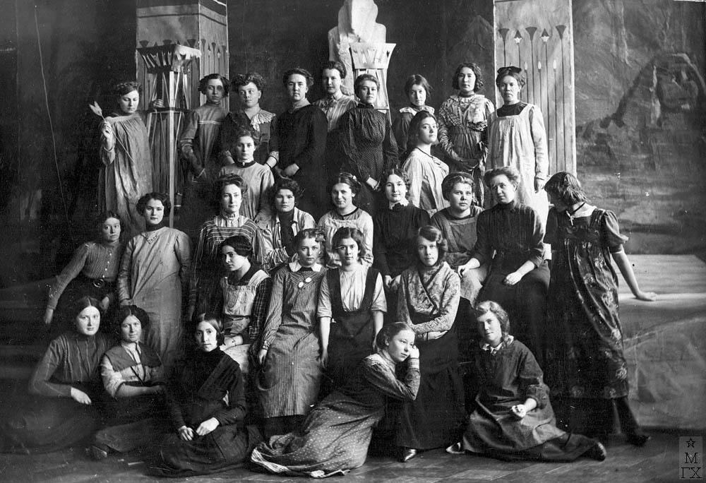 Казанская Художественная школа. Вильковиская во втором ряду сверху, справа.
